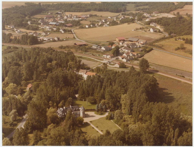 PRUNAY-SUR-ESSONNE. - Vue générale : 8 photographies (1980, 1981), église : 2 photographies (1980, 1981) [9 clichés, Air Photo Color] ; PUISELET-LE-MARAIS. - Vue générale (1989), mairie (1989), église (1989) ; PUSSAY. - Vue générale : 4 photographies (1988), ferme : 2 photographies, propriété : 2 photographies (1988), Petit-Château (1988), usine (1988) [10 clichés, Air Photo Color] ; QUINCY-SOUS-SENART. - Lotissements (1970) [cliché La Documentation Française] ; RICHARVILLE. - Vue générale : 2 photographies (1989) ; RIS-ORANGIS. - Vues générales : 4 photographies (1960, 1962, 1963, 1980) [dont 1 cliché Air Photo Color], bois des Roches, pavillons : 6 photographies (1970, 1980) [5 clichés La Documentation Française, 1 cliché Air Photo Color], le moulin à vent (1970) [cliché La Documentation Française], Bois de l'Epine, zone industrielle : 6 photographies (1978) [clichés Interphotothèque, La Documentation Française], gare d'ORANGIS : 2 photographies (1978) [clichés Interphotothèque, La Documentation Française], Service des alcools (1962, 1963), usine Fruehauf : 2 photographies (1970, 1978) [clichés Interphotothèque, La Documentation Française], SAINT-GUENAULT, zone industrielle (1978) [clichés Interphotothèque, La Documentation Française] ; SACLAS. - Vue générale (1975) ; SACLAY. - Usine Hispano (1963) ; SAINT-CHERON. - Vues générales : 5 photographies (1968-1977, 1981) [3 clichés La Documentation Française, 2 clichés Air Photo Color], mairie (1981) [cliché Air Photo Color], BAVILLE, vue générale : 2 photographies (1981) [clichés Air Photo Color], BAVILLE, château : 2 photographies (1975, 1985) [1 cliché La Documentation Française, 1 cliché Air Photo Color], BAVILLE, château, ferme [cliché Air Photo Color], LA PETITE BEAUCE, vue générale : 2 photographies (1981) [clichés Air Photo Color], LA TUILERIE, vue générale : 2 photographies (1981) [clichés Air Photo Color], LA TUILERIE, habitations : 2 photographies (1981) [clichés Air Photo Color], SAINT-EVROULT, champs (1970), SAINT-EVROULT, vue générale (1981) [cliché Air Photo Color], SAINT-EVROULT, ferme (1981) [cliché Air Photo Color].